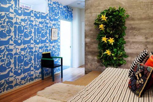 Композиция из цветов на стене