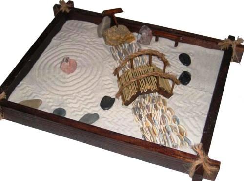 Песок в настольном саду символизирует воду